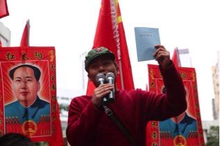 """A Hong Kong protestor """"educating"""" mainland tourists"""
